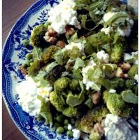 Salade van broccoli, munt, erwtjes en basilicum