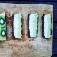 RAW Kiwi-Matcha taart met gemberroom