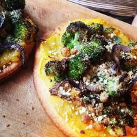 Vegan pizza met pompoensaus & broccoli
