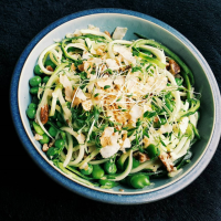 Zucchini met doperwten, tuinbonen en heerlijke cashewnotensaus
